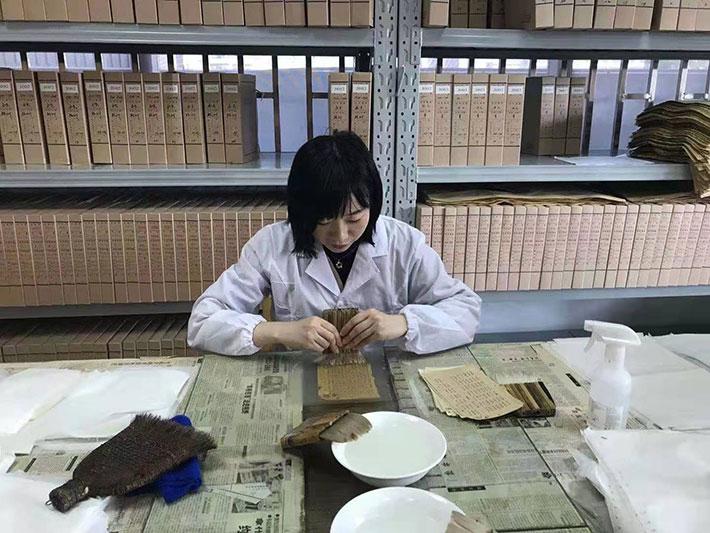 赣州市档案馆积极抢救修复红色档案